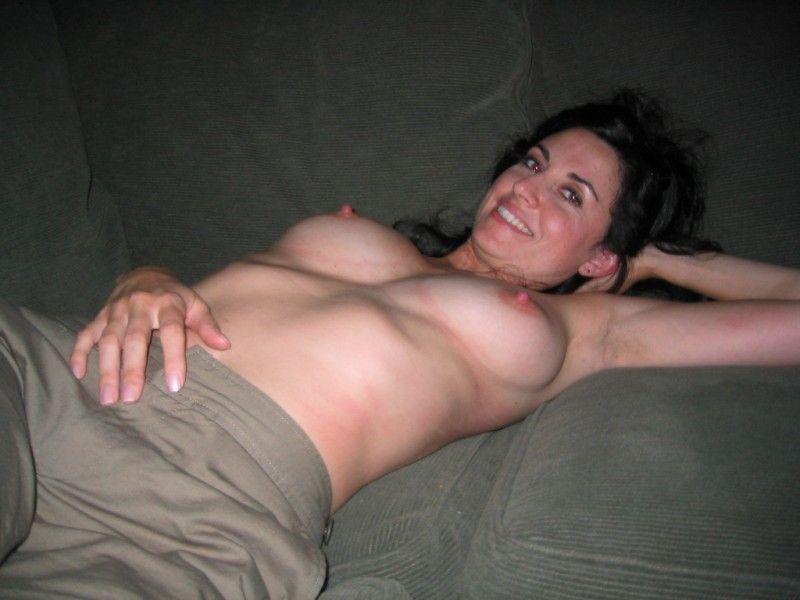 Sexy Amateur Hausfrau mit geilen Brüsten