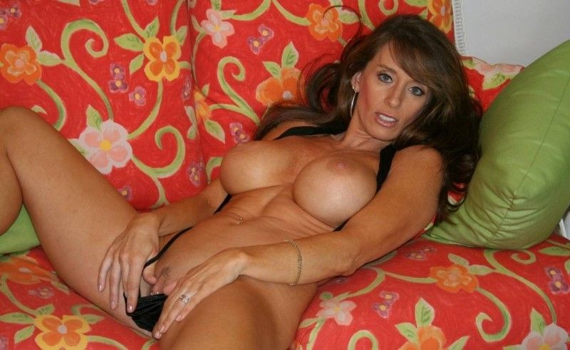 Sexy Hausfrau mit dicken Titten masturbiert